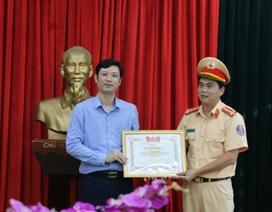 Khen thưởng Đại úy cởi áo cầm máu cho người bị nạn
