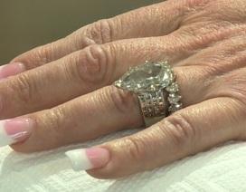 Tìm lại nhẫn kim cương hơn 600 triệu đồng sau khi vô tình ném vào thùng rác