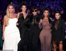 Gia đình cô Kim tái xuất gợi cảm