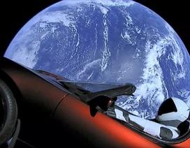 """Siêu xe điện Tesla Roadster """"du hành vũ trụ"""" của Elon Musk giờ ở đâu?"""