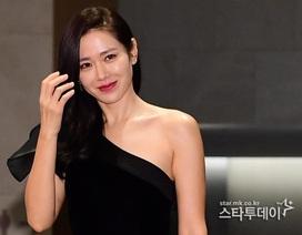 """""""Chị đẹp"""" Son Ye Jin quyến rũ trên thảm đỏ với đầm lệch vai"""