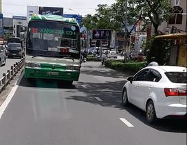 """TPHCM: """"Tóm gọn"""" xe buýt phóng bạt mạng trên vỉa hè"""