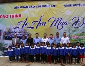 Trao hơn 1.000 áo ấm đến trẻ em miền biên xứ Nghệ