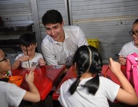 Thủ tướng Canada thưởng thức trà chanh, món ăn đường phố ở Singapore