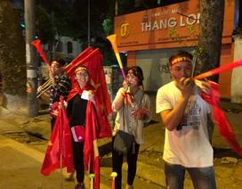 """Dân bán đồ cổ vũ bóng đá than """"bán chậm"""" dù tuyển Việt Nam thắng Malaysia"""