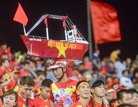 """Muôn kiểu cổ vũ đội tuyển Việt Nam trước Malaysia trên """"chảo lửa"""" Mỹ Đình"""