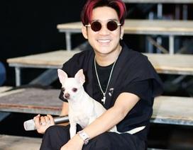 Ca sĩ Quang Hà bế... thú cưng đi tập hát