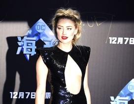 Amber Heard mặc hở cũng không đẹp