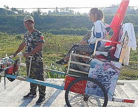 """""""Người chồng quốc dân"""" kéo xe đưa vợ vượt hàng ngàn cây số để tới điểm du lịch"""