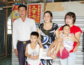 Người mẹ tật nguyền nuôi con bại não được bạn đọc giúp đỡ gần 36 triệu đồng