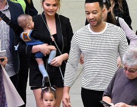 Danh ca John Legend đưa vợ con đi đón Giáng sinh sớm