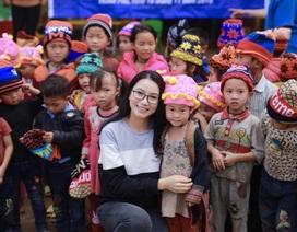 """""""Cô giáo hot girl"""" tặng bếp ăn tới trò nghèo Lào Cai"""
