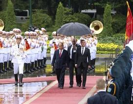 Thủ tướng Nguyễn Xuân Phúc đón người đồng cấp Nga trong cơn mưa Hà Nội