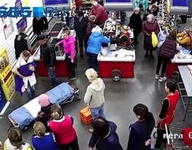 Sản phụ đẻ rơi trong siêu thị, mọi người vẫn mua sắm bình thường