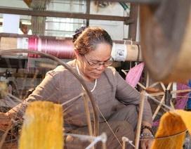 """Duy nhất Việt Nam: Cụ bà luyện tằm tự dệt chăn tơ, bắt cọng sen """"nhả"""" lụa"""