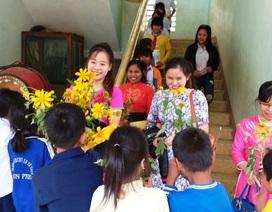 Phụ huynh, học sinh vùng cao tặng hoa rừng, gà đến thầy cô giáo