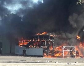 Hai xe khách bốc cháy dữ dội trong bến xe