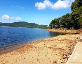 Hồ thủy lợi Phú Ninh khô cạn giữa mùa mưa
