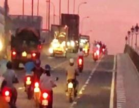 """Vì sao người đi xe máy """"sợ"""" làn 2 bánh trên cầu vượt D1-Lê Văn Việt?"""
