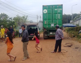 Chơi trước đầu xe container, bé trai hơn 1 tuổi bị cán tử vong