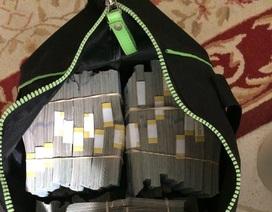 Mua chiếc túi cũ, bất ngờ được 7,5 triệu USD giấu bên trong