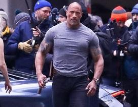 """""""Vua bọ cạp"""" Dwayne Johnson khoe cơ bắp """"khủng"""" trên phim trường"""