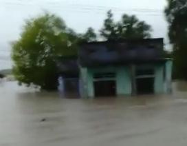 Mưa lớn khiến Nam Cam Ranh ngập nặng, đường đi miền núi tê liệt