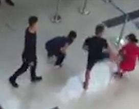 Khi một nữ nhân viên hàng không bị côn đồ đạp ngã
