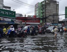 Sáng nay TPHCM nhiều nơi ngập sâu, kẹt xe kinh hoàng