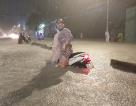 """Người Sài Gòn """"vật lộn"""" giữa biển nước, không tìm được đường về nhà"""