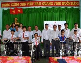 Hội Khuyến học Vĩnh Thuận hỗ trợ hơn 15.000 suất quà cho HS nghèo