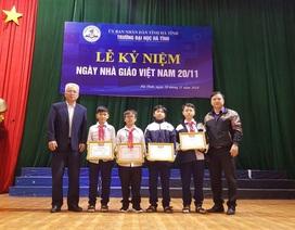 Khen thưởng nhóm học sinh nhặt được của rơi trả lại người đánh mất