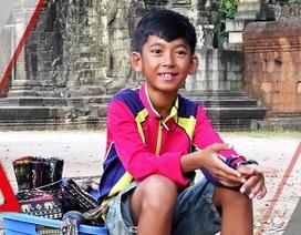 """Cậu bé bán hàng rong biết 15 ngoại ngữ kể chuyện """"đổi đời"""""""