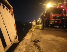 Hà Nội: Ô tô rơi khỏi cầu Chương Dương, nghi vài người mắc kẹt trong xe