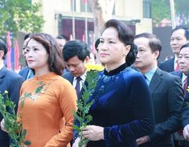 Chủ tịch Quốc hội Nguyễn Thị Kim Ngân dâng hoa ở ngôi trường 110 năm tuổi