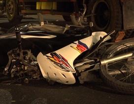 Xe máy va chạm xe tải trên cầu Nhật Tân, nam thanh niên tử vong
