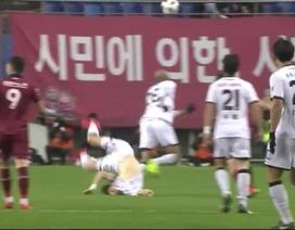 Ngôi sao U23 Hàn Quốc ngã gập cổ kinh hoàng