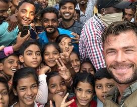 """Tài tử """"Thần Sấm"""" thân thiện chụp hình cùng fan trên đường phố Ấn Độ"""