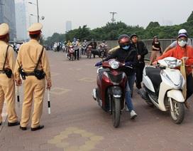 Lạ lùng cảnh hàng trăm người dắt xe máy ngược chiều đối phó CSGT ở Hà Nội