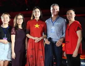 Bà xã Minh Tiệp làm vedette trình diễn áo dài của NTK Đỗ Trịnh Hoài Nam