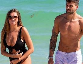 Zara McDermott sexy bên bạn trai trên biển