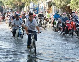Triều cường dâng cao, người Sài Gòn lội nước về nhà