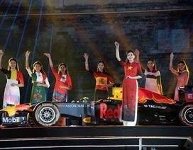 Khách quốc tế thích thú chiêm ngưỡng 22 chiếc áo dài quốc kỳ bên siêu xe F1