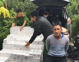 """Bắt giữ 2 đối tượng dùng ô tô """"xịn"""" để vận chuyển hơn 16.500 bao thuốc lá lậu"""