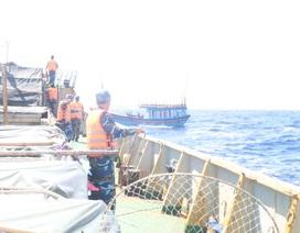Tàu Hải quân vượt sóng lớn ứng cứu tàu cá gặp nạn
