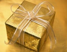 Chiếc hộp được gói giấy màu vàng