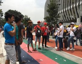 """Người Malaysia hứng khởi khoe vé, CĐV Việt Nam chật vật tìm """"cửa chợ đen"""""""