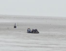 Đứt neo, xà lan chở hàng trăm tấn cát chìm xuống biển
