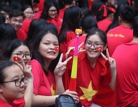 Học trò mặc áo đỏ sao vàng, nhảy flashmob ủng hộ tuyển Việt Nam