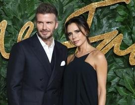 """Victoria Beckham lộ vai trần gợi cảm bên """"ông xã"""""""